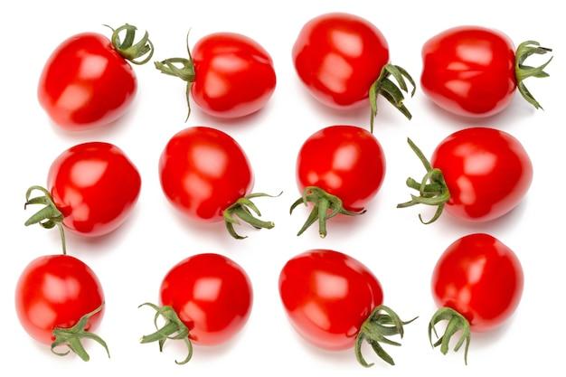Pomidory śliwkowe na białym tle na białej powierzchni. widok z góry