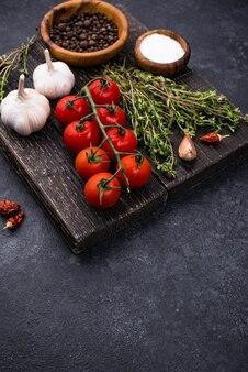 Pomidory, tymianek, czosnek i przyprawy