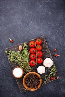Pomidory tymianek czosnek i przyprawy