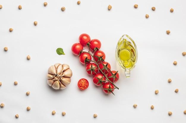 Pomidory układane na płasko z czosnkiem i oliwą