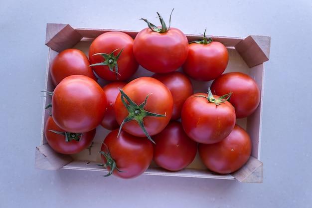 Pomidory w drewnianej skrzyni