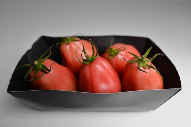 Pomidory W Ekologicznym Opakowaniu Premium Zdjęcia