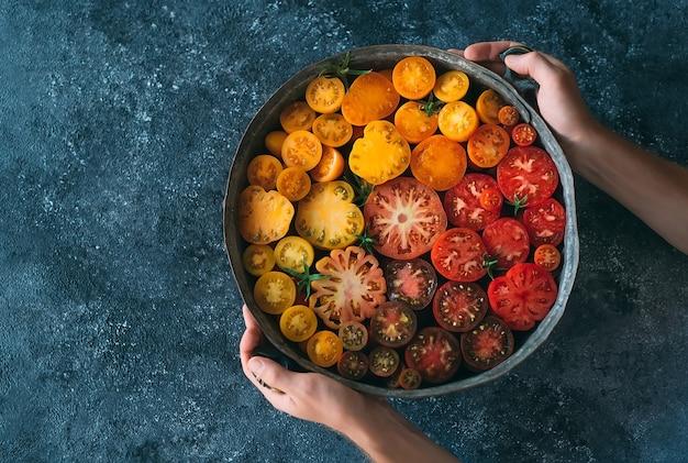 Pomidory w plasterkach w różnych kolorach są wyświetlane jako gradient