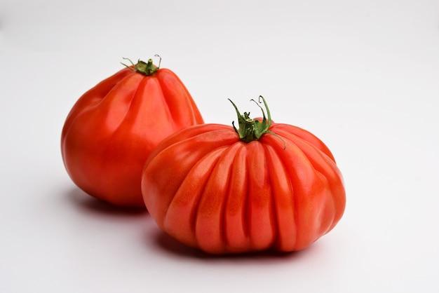 Pomidory wołowe serce na białym tle