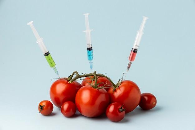 Pomidory wypełnione strzykawkami