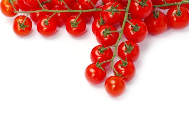 Pomidory z zielonych liści na białym tle
