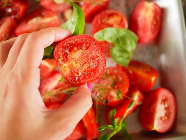 Pomidory z ziołami prowansalskimi, bazylią, tymiankiem i czosnkiem.