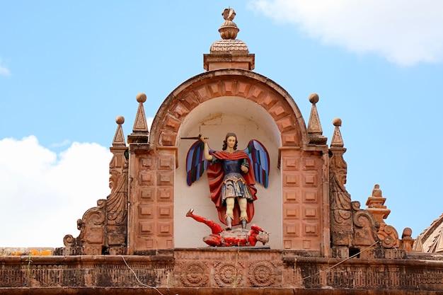 Pomnik archanioła michała zabijającego diabła na fasadzie kościoła triumfalnego