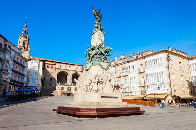Pomnik bitwy lub la batalla de vitoria i kościół san miguel na placu virgen blanca w vitoria-gasteiz, hiszpania