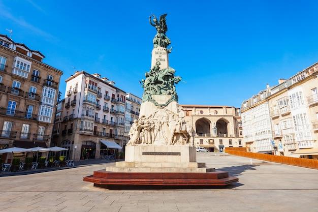 Pomnik bitwy lub la batalla de vitoria na placu virgen blanca w vitoria-gasteiz, hiszpania