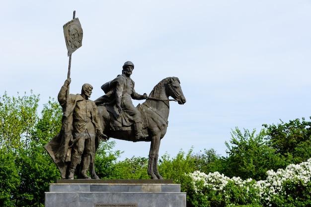 Pomnik bogdana chitrowa w centrum uljanowsk. aleja korony. nabrzeże wołgi, rosja, uljanowsk. 25 maja 2018 r.