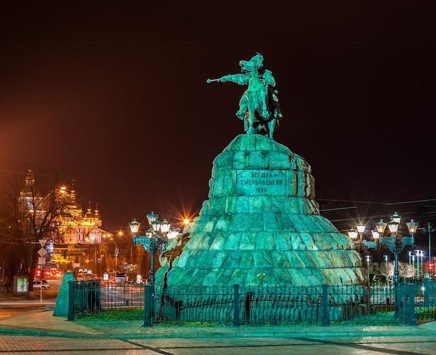 Pomnik Bogdana Chmielnickiego I Klasztor Michajłowski W Kijowie Premium Zdjęcia