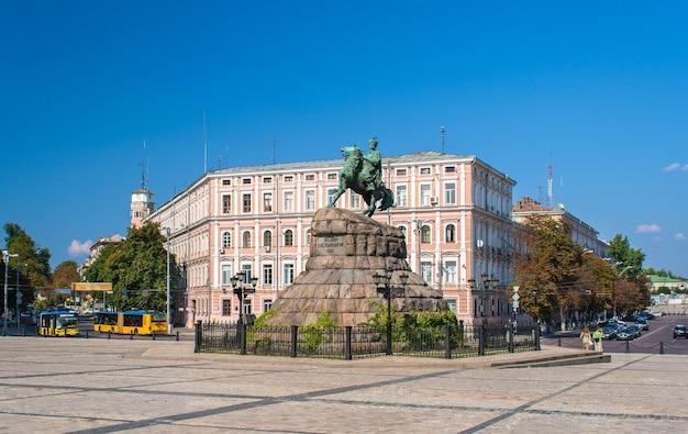 Pomnik bogdana chmielnickiego na placu sofijskim w kijowie, ukraina