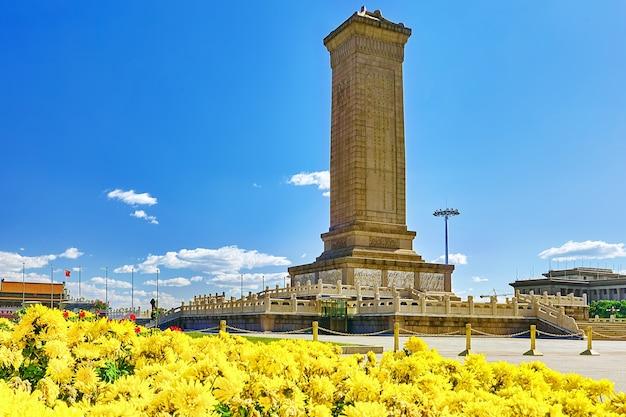 Pomnik bohaterów ludowych na placu tian'anmen - trzecim co do wielkości placu na świecie, pekin, chiny.