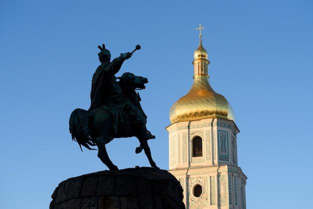 Pomnik bohdana chmielnickiego i dzwonnica soboru mądrości bożej. kijów (kijów) jest stolicą ukrainy