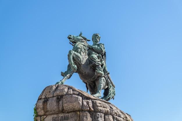 Pomnik bohdana chmielnickiego w kijowie poświęcony hetmanowi gospodarza zaporoskiego bohdanowi chmielnickiemu