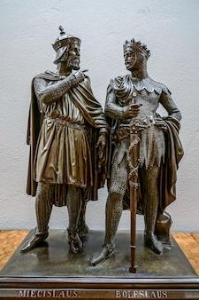 Pomnik bolesława i chrobrego i miecisława w pałacu w wilanowie w warszawie
