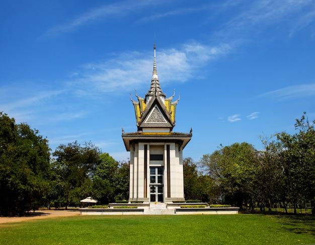 Pomnik choeung ek, killing fields w phnom penh w kambodży, masowy grób ofiar czerwonej khmerów