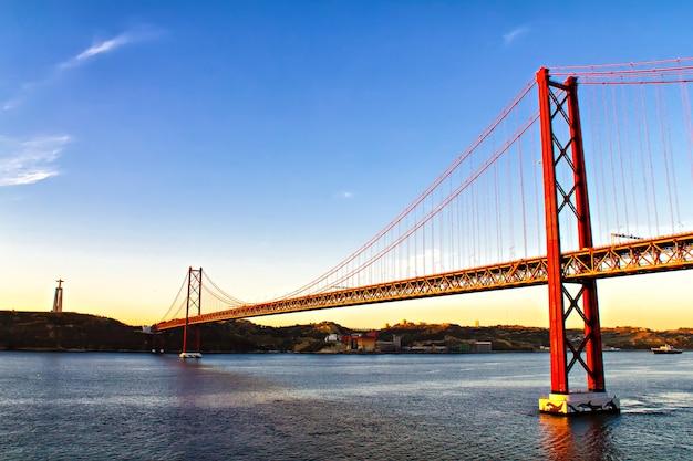 Pomnik chrystusa króla i most 25 kwietnia, lizbona, portugalia,