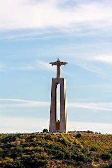 Pomnik chrystusa króla w almadzie, lizbona, portugalia,
