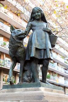 Pomnik czerwonego kapturka w barcelonie, hiszpania