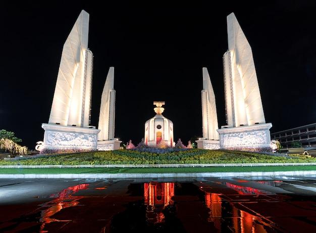 Pomnik demokracji nocą i czerwonym światłem