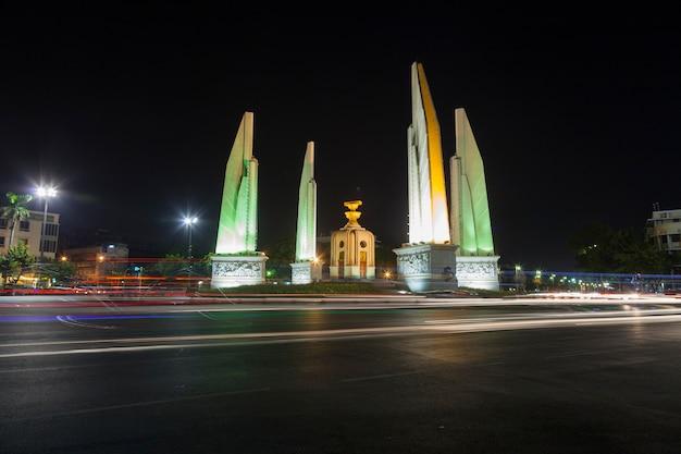 Pomnik demokracji w nocy