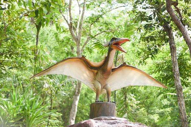 Pomnik dinozaura w parku leśnym pteranodon