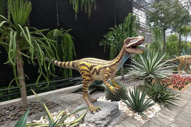 Pomnik dinozaurów w ogrodzie botanicznym