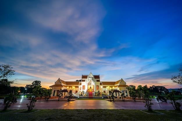 """Pomnik dziedzińca króla tajlandii """"naresuan"""" po zburzeniu konstrukcji, która zasłaniała przód przesunęła go na tył dla dostojnego i pięknego."""