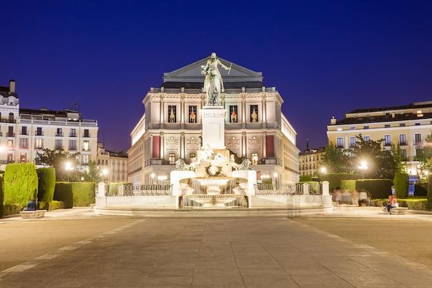 Pomnik filipa iv hiszpanii i teatro real royal theatre, główna opera w centrum madrytu, hiszpania