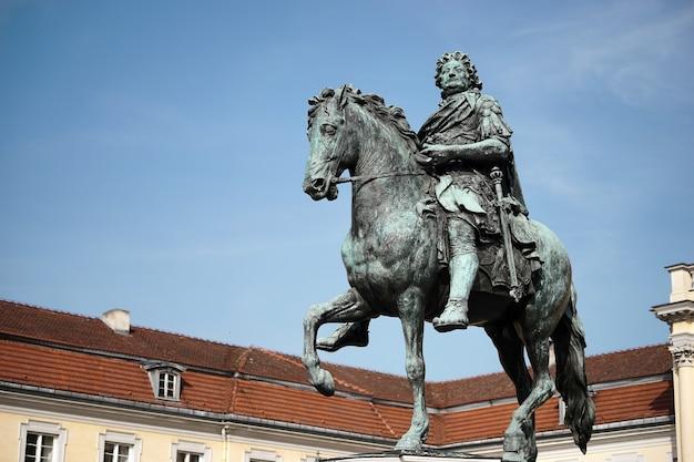 Pomnik fryderyka wielkiego w pałacu charlottenburg w berlinie