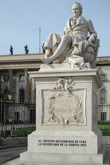 Pomnik humboldta przed uniwersytetem humboldta w berlinie