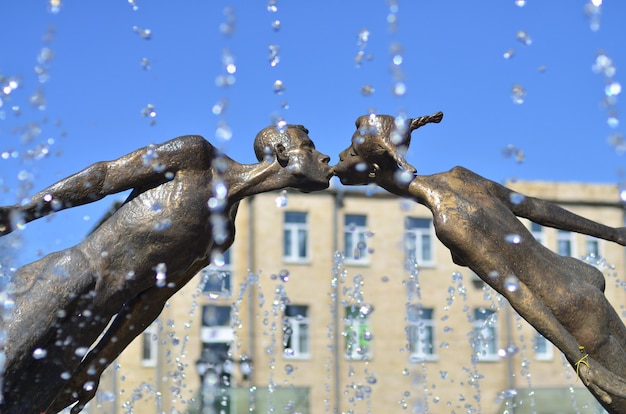 Pomnik kochanków w charkowie na ukrainie - łuk uformowany przez latające, kruche postacie młodego mężczyzny i dziewczyny, połączone w pocałunek