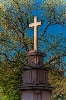 Pomnik krzyża do trójcy świętej na cześć pierwszego powstania serbskiego na placu króla piotra w pancevo, serbia