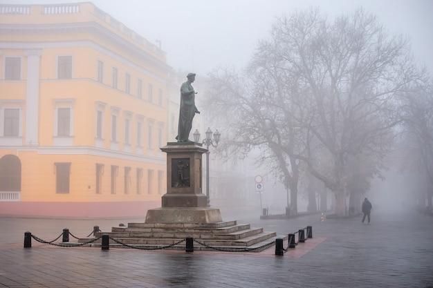 Pomnik księcia richelieu w odessie na ukrainie w mglisty jesienny dzień