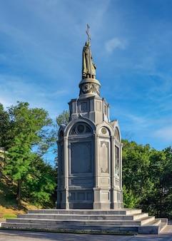 Pomnik księcia włodzimierza wielkiego na vladimirskaya gorka w kijowie na ukrainie, w słoneczny letni poranek
