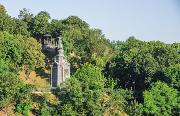 Pomnik księcia włodzimierza wielkiego na vladimirskaya gorka w kijowie na ukrainie, w słoneczny poranek