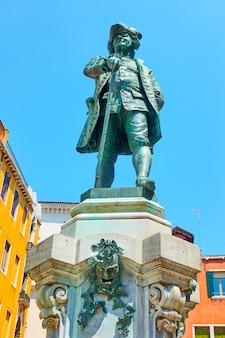 Pomnik ku czci carlo goldoni w wenecji, włochy. pomnik został wzniesiony w campo san bartolomeo w 1883 r.
