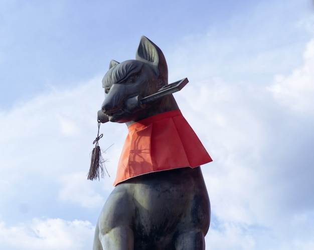 Pomnik Lisa W świątyni Fushimi Inari Taisha, Kioto. Premium Zdjęcia