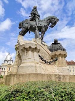Pomnik matthiasa corvinusa na placu union square w cluj-napoca, rumunia