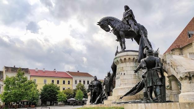 Pomnik matthiasa corvinusa w cluj-napoca, rumunia