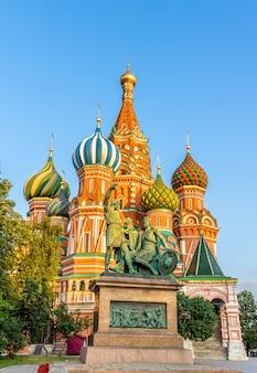 Pomnik minina i pożarskiego oraz cerkiew wasyla błogosławionego w moskwie, rosja
