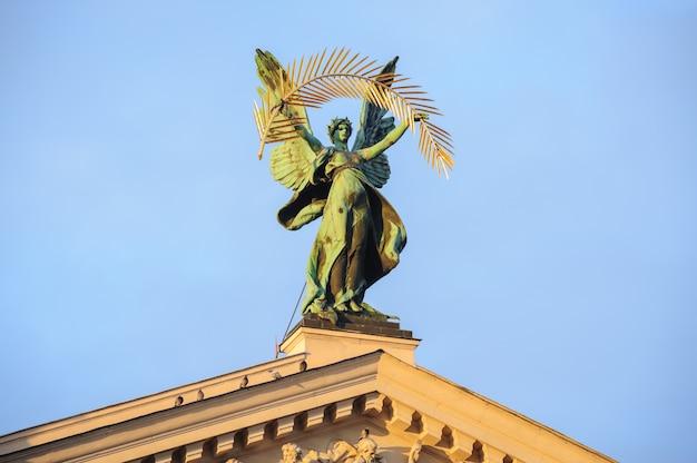 Pomnik na dachu teatru we lwowie na ukrainie