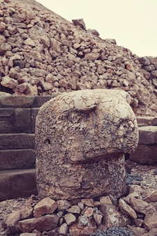 Pomnik na górze nemrut w turcji
