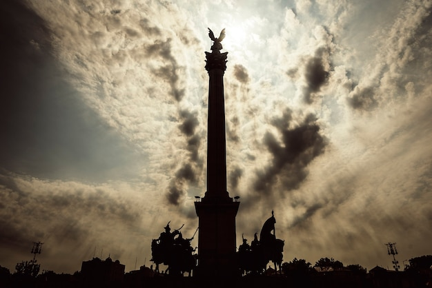 Pomnik na placu bohaterów w budapeszcie, węgry.