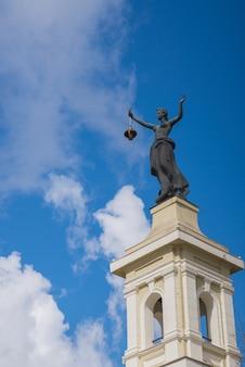 Pomnik na szczycie muzeum energii w wilnie, litwa