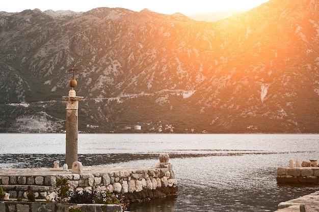 Pomnik na wyspie na jeziorze w czarnogórze. europa. podróże. rozbłysk słoneczny