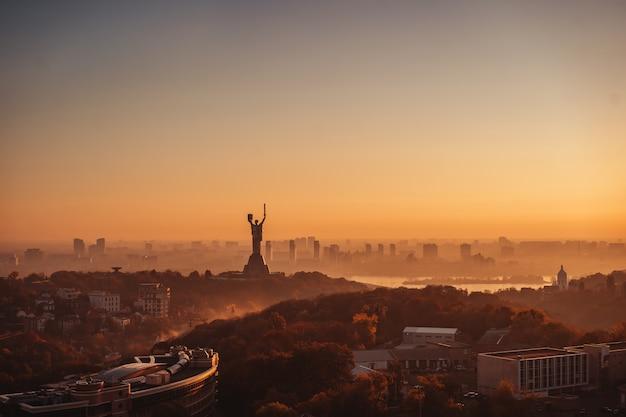 Pomnik ojczyzny o zachodzie słońca. w kijowie na ukrainie.