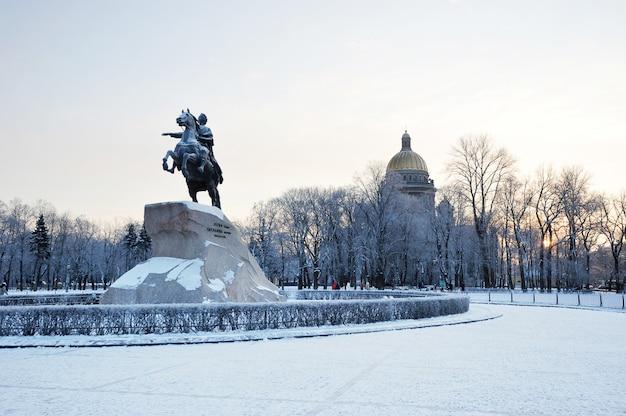 Pomnik piotra wielkiego, jeźdźca z brązu w petersburgu, rosja